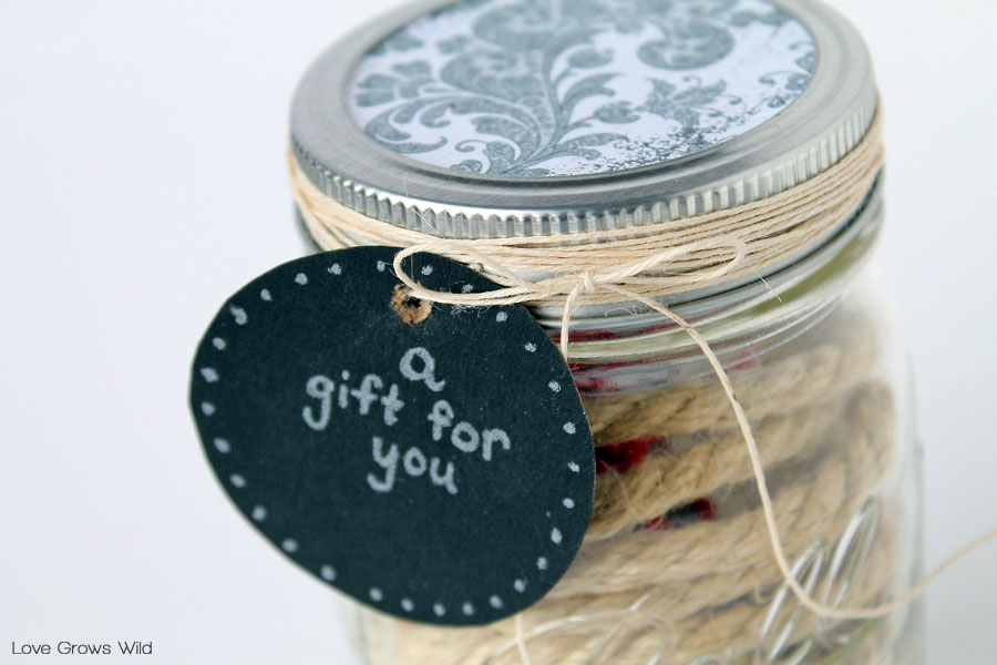 Mason Jar Gift Card Holder - this fun idea is perfect for the holidays!