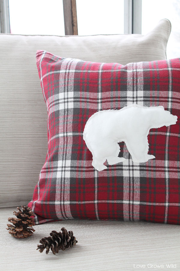 DIY Polar Bear Pillow Cover & DIY Christmas pillow tutorials pillowsntoast.com