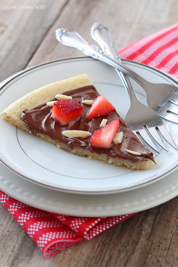 Chocolate Hazelnut Dessert Pizza - only 4 ingredients in this delicious dessert!