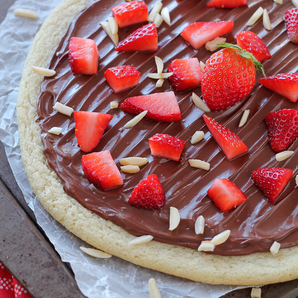 Chocolate Hazelnut Dessert Pizza - only 4 ingredients in this delicious dessert!