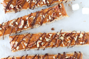 Classic rice krispie treats with a delicious turtle topping of creamy caramel, crunchy pecans, and a decadent chocolate drizzle! | LoveGrowsWild.com
