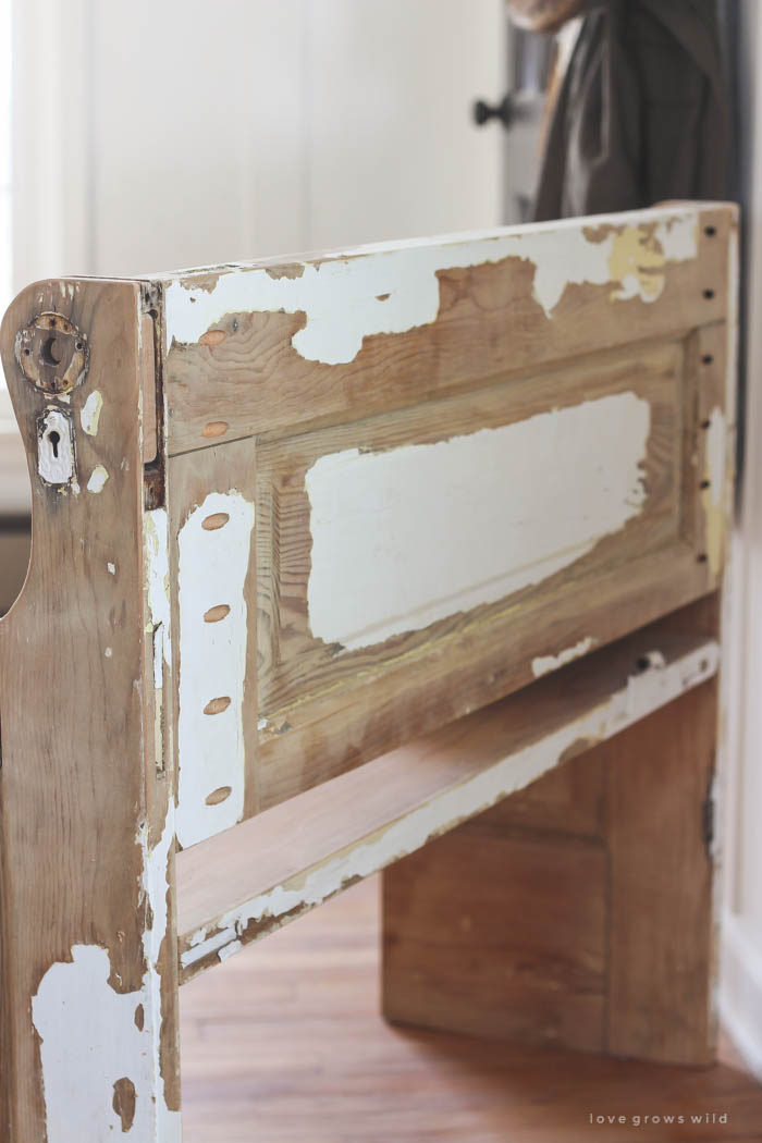 See how an old wood door transforms into a gorgeous rustic bench! Get the : door projects - pezcame.com