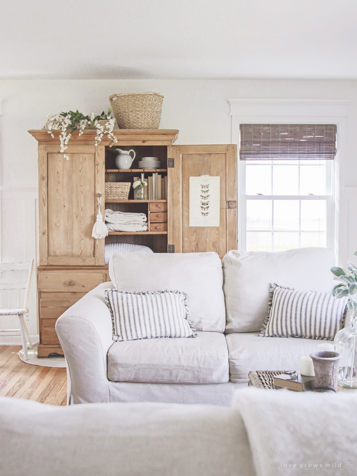 A Cozy Farmhouse Living Room With Beautiful Linen Slipcovered Sofas.