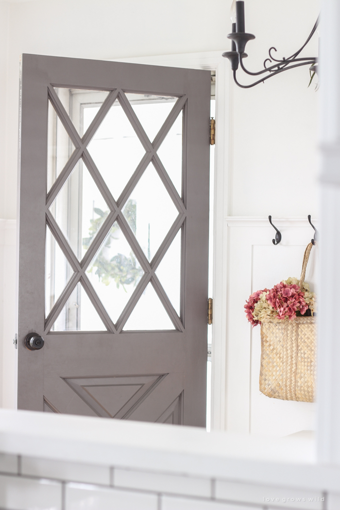 Simple touches of fall in this beautiful farmhouse entryway