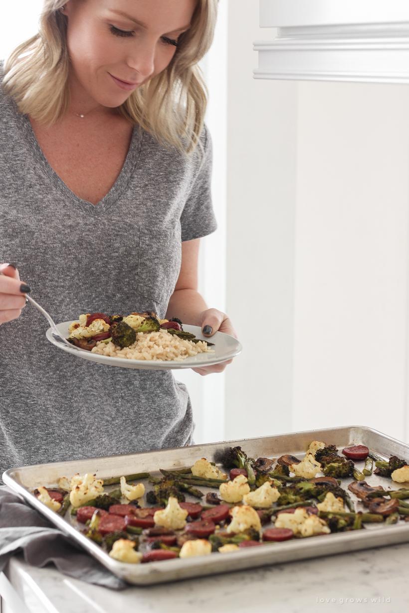 Probieren Sie dieses Rezept für geröstete Wurst und Gemüse in einer Pfanne für ein schnelles und einfaches Abendessen, das gesund und kohlenhydratarm ist!