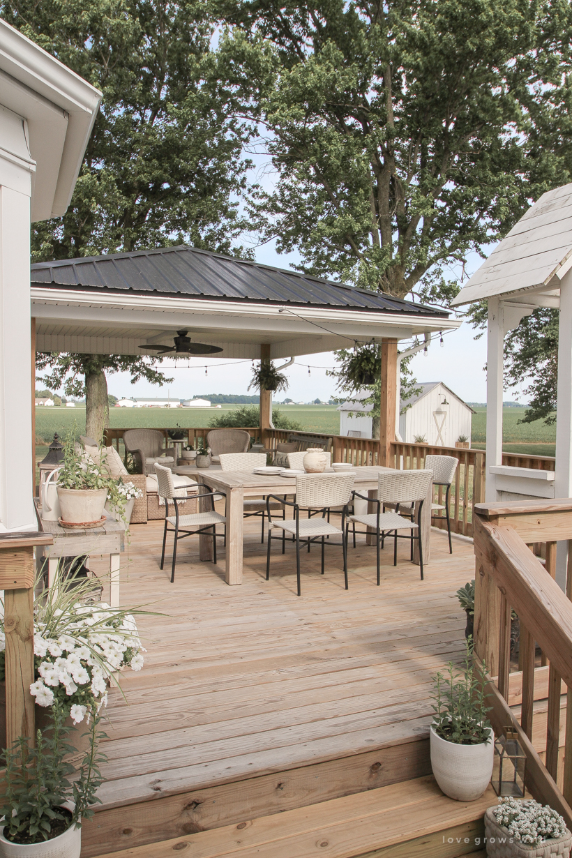 Come see all the details of this beautiful outdoor living space with tons of style and charm at influencer Liz Fourez's Indiana home | lovegrowswild.com